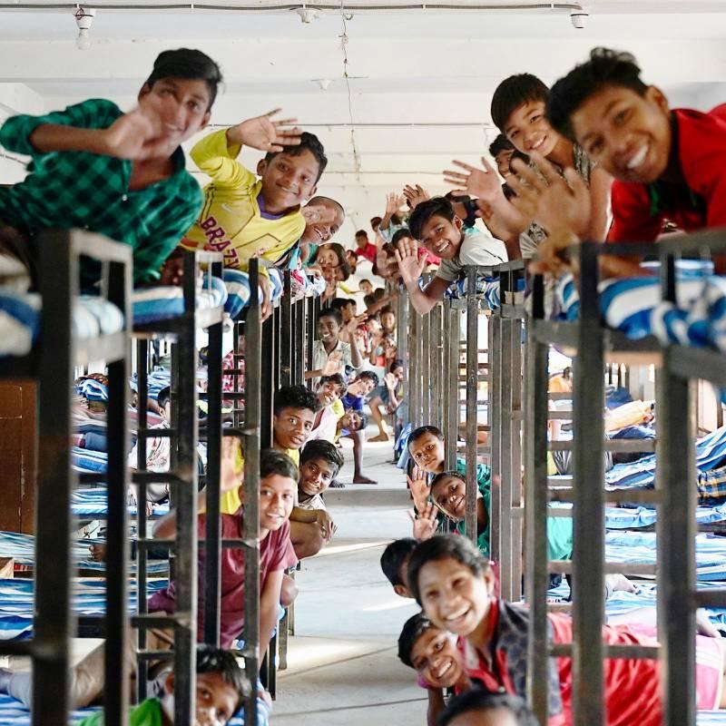 Barnen sover i stora salar, pojkarna för sig och flickorna för sig. Gemenskapen är tät och eleverna tar stort eget ansvar. De äldre eleverna tar hand om de yngre, och hjälper till exempel till med tvätt.Foto: Jonatan Sverker