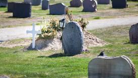 Hotade att gräva upp aska på kyrkogård