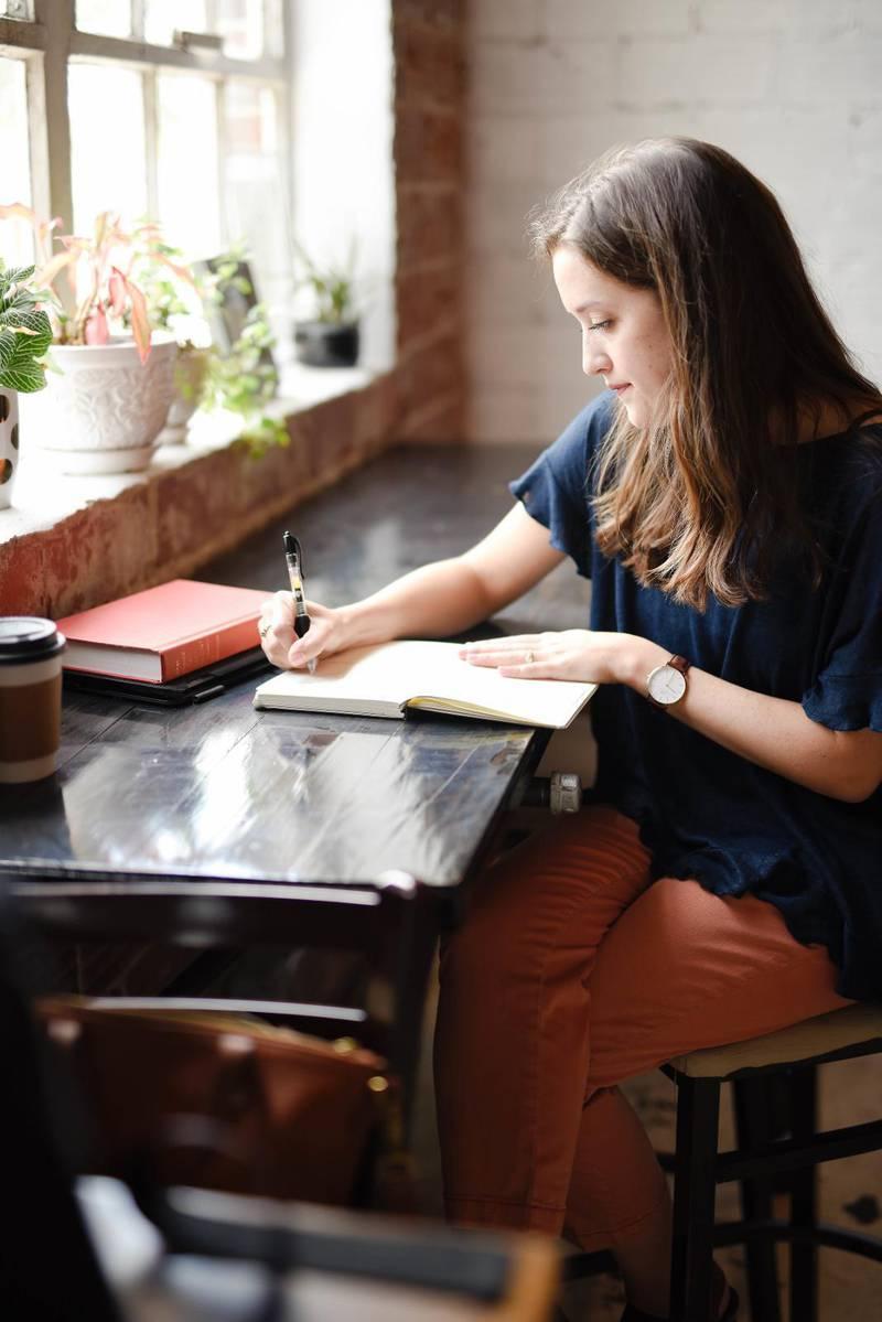 """""""Det gäller att begränsa sig till en kortare text, som man läser dröjande och uppmärksamt. Man idisslar orden, känner deras smak, låter dem sjunka inåt."""""""