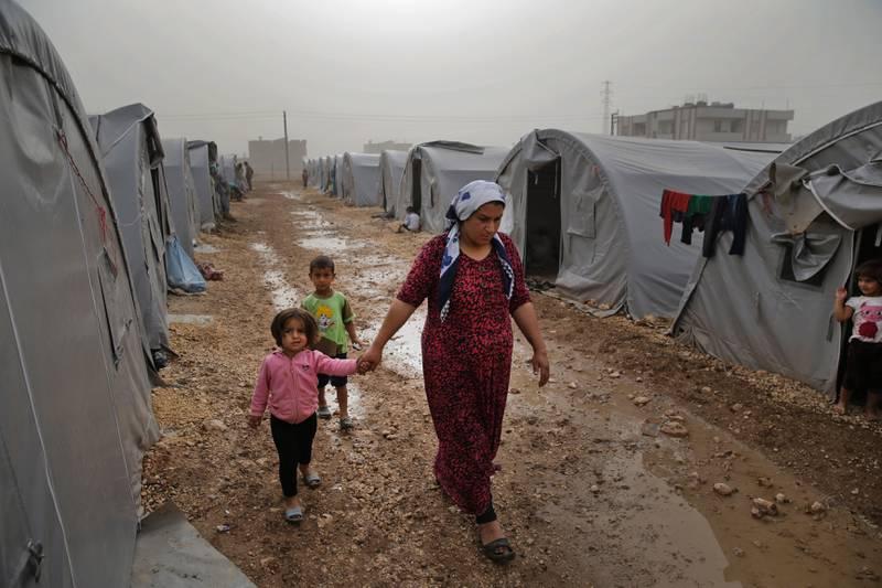 Flyktingar vid den syrisk-turkiska gränsen.