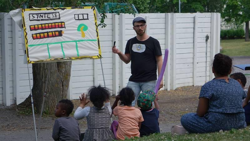 Den ideella föreningen Open Air Campaigners (OAC) anordnar evangelisationssatsningar, ofta med hjälp av fysiska hjälpmedel.