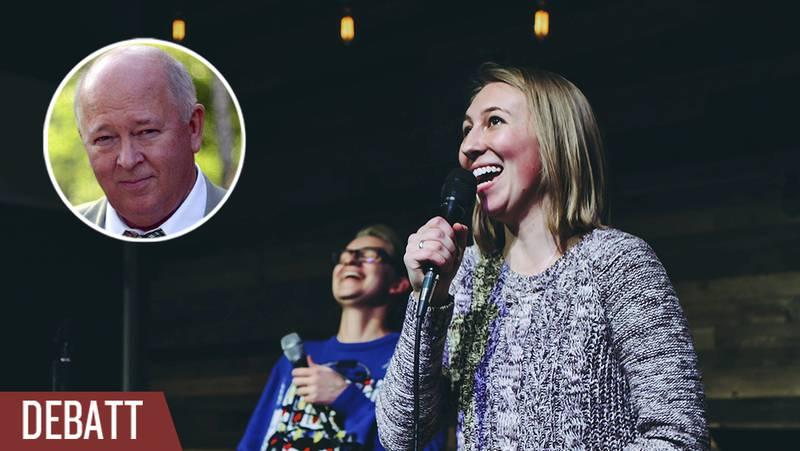 Två personer sjunger lovsång.