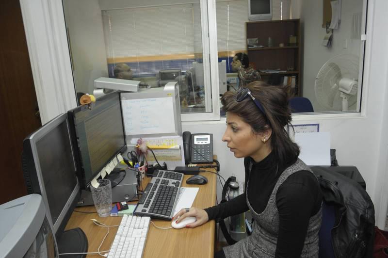 Parstoo Poortaheri jobbar både bakom och framför kameran, och gör både barnprogram på persiska och programplanering.