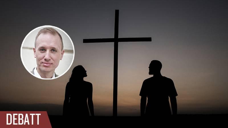 Två människor tittar på ett kors.