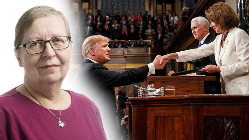 """Representanthuset Nancy Pelosi (D) skakar hand med Donald Trump när presidenten är gäst för att hålla sitt traditionella """"State of the union""""-tal i februari. I bakgrunden vice presidenten Mike Pence."""