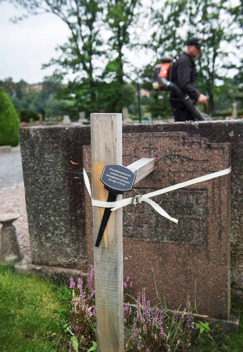 Stöttas. En gravsten med ett meddelande där de anhöriga ombeds kontakta kyrkogårdsförvaltningen.