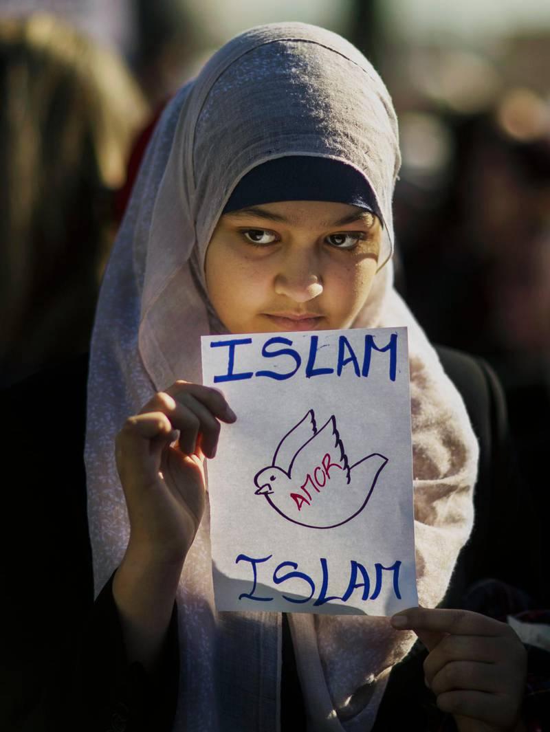 En ung muslimsk kvinna i Madrid deltar i en manifestation efter våldsdåden i Paris i januari 2015.