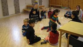 Glada flyktingbarn på öppen förskola i kyrkan