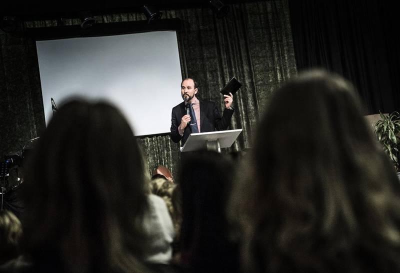 En av Knutbypastorerna, Peter Gembäck, predikar på en gudstjänst i december 2013.