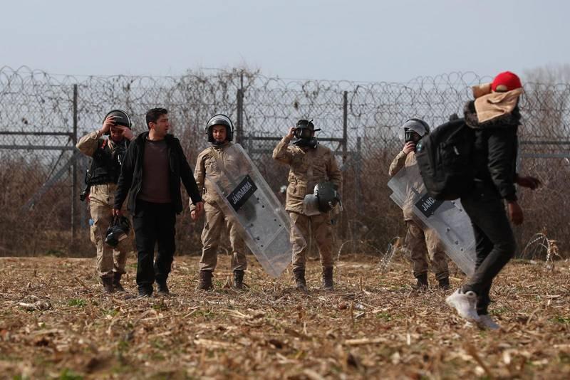 Turkisk gränspolis motar tillbaka migranter nära Pazarkule i Edirne vid turkisk-grekiska gränsen, måndag 2 mars.