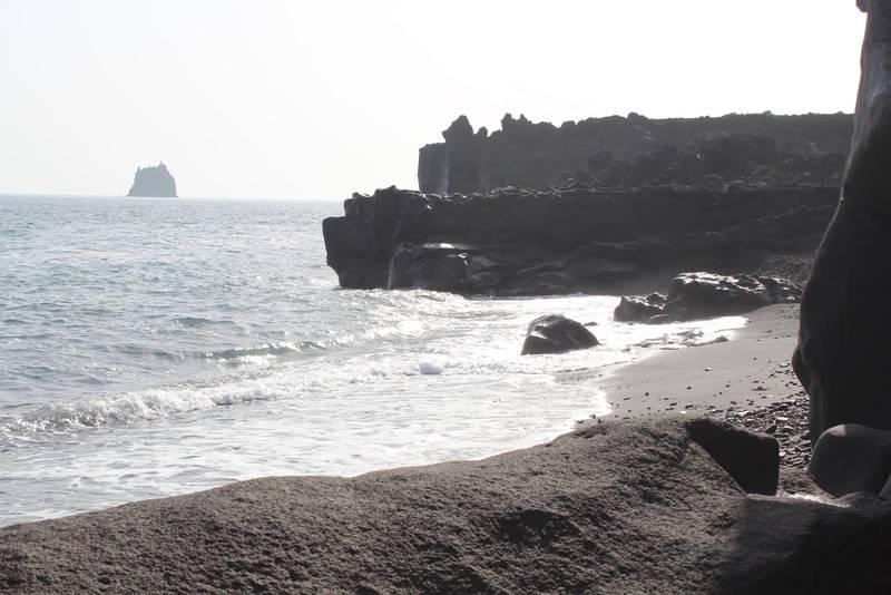 Kustlinjen på Stromboli är ofta dramatisk, men här och där finns små stränder med svart lavasand.