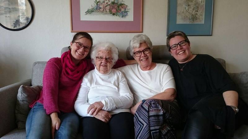"""Barnbarnet Kerstin """"Ina"""" Leffler, Märta Leffler, dottern Margareta Jennersjö, barnbarnet Annette Skog. Märta gifte sig 1941 med Bengt Leffler. Bengt dog 1992."""