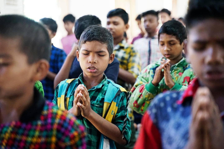 Disciplin är ett ledord på skolan. Varje dag inleds med andakt, exercis och nationalsång. Barnen lägger ner sin själ in i morgonbönen, och lägger fram de bekymmer de bär på.