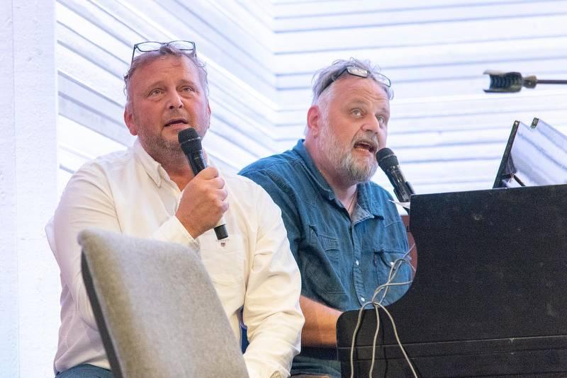 """En sällsyn syn. Mats Hallström sjunger Elvislåten """"Love me tender"""" tillsammans med brorsan Peter."""