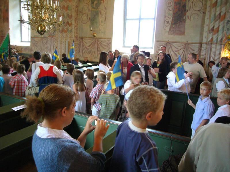 Skolavslutningar i kyrkan har debatterats länge (bild från skolavslutning i Enköping 2008, personer på bild har inget samband med artikeln).