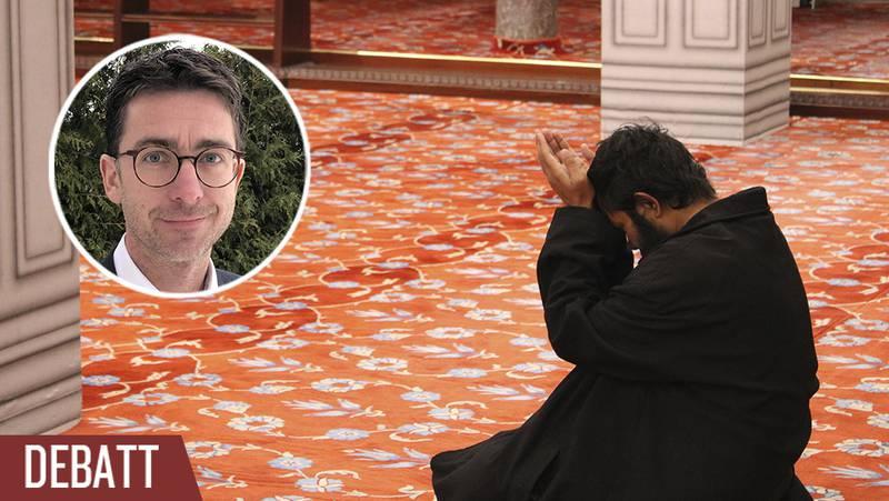 Man ber till Allah i en moské.