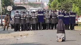 Bilden på nunnans modiga protest i Myanmar sprids över världen