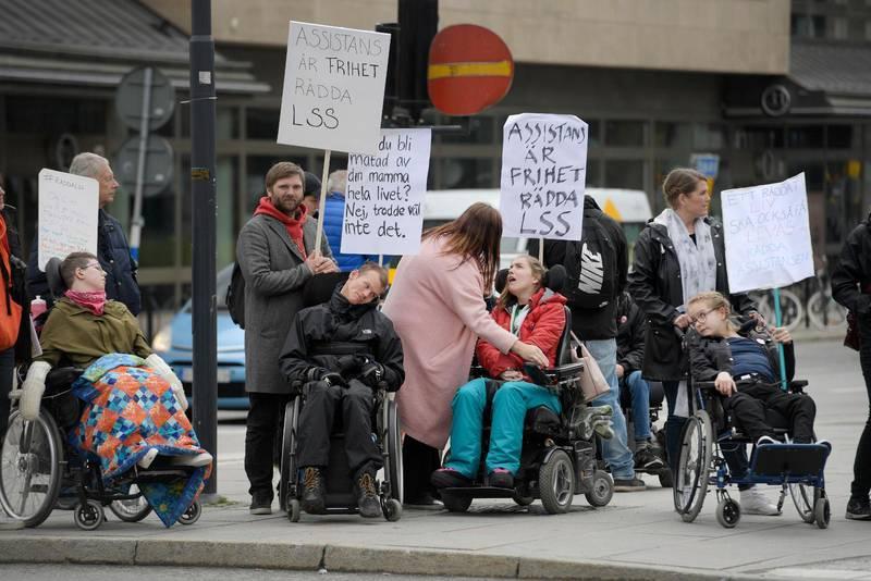 Demonstrationer mot försämringar i assistansen.