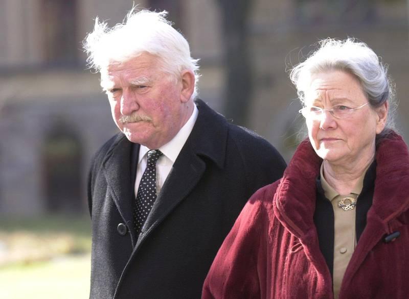 2004. Hans Alfredson var gift med Gunilla i över 60 år.