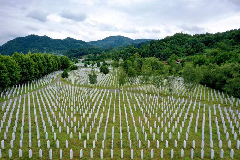På begravningsplatsen nära Srebrenica begravs ytterligare åtta offer lördagen den 11 juli, 25 år efter att massakern ägde rum.