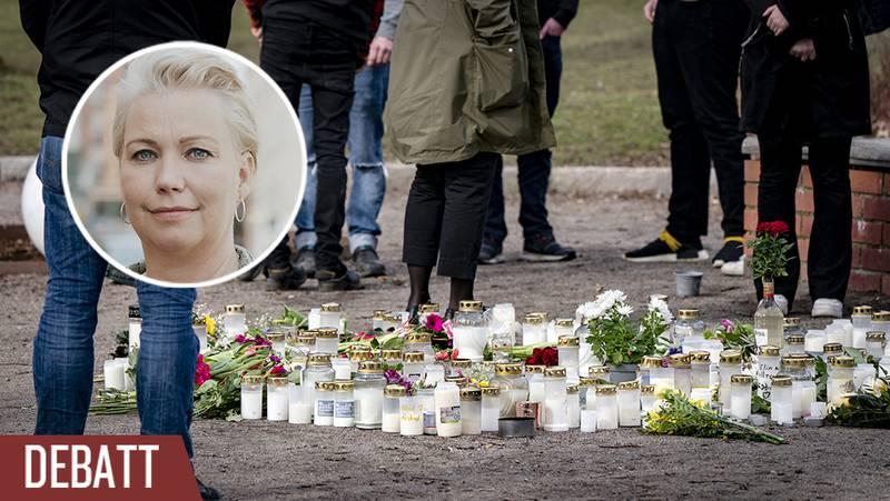 Blommor och ljus vid minnesplatsen i centrala Höör där en 18-åriga flicka i slutet av mars hittades död.