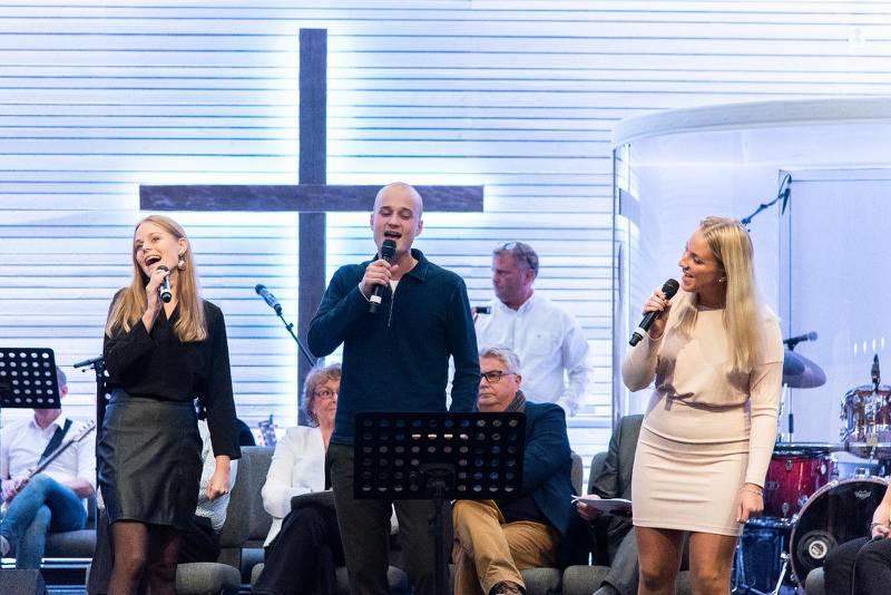 "Syskonen Alicia, Amadeus och Amanda Hallström tolkade Danny Saucedos Mello-succé ""Amazing""."
