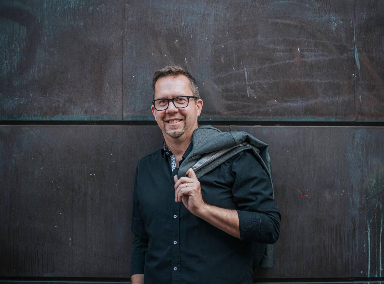 Jonas Engström är låtskrivare och gospelkörledare bosatt i Skåne.