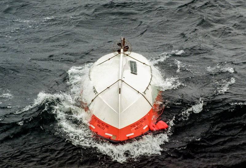 En livbåt flyter uppochnervänd i den gropiga sjön efter M/S Estonias förlisning.