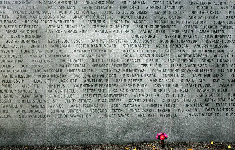 På Estoniamonumentet vid Galärvarvet på Djurgården i Stockholm finns namnen på alla de som omkom i Estoniakatastrofen.