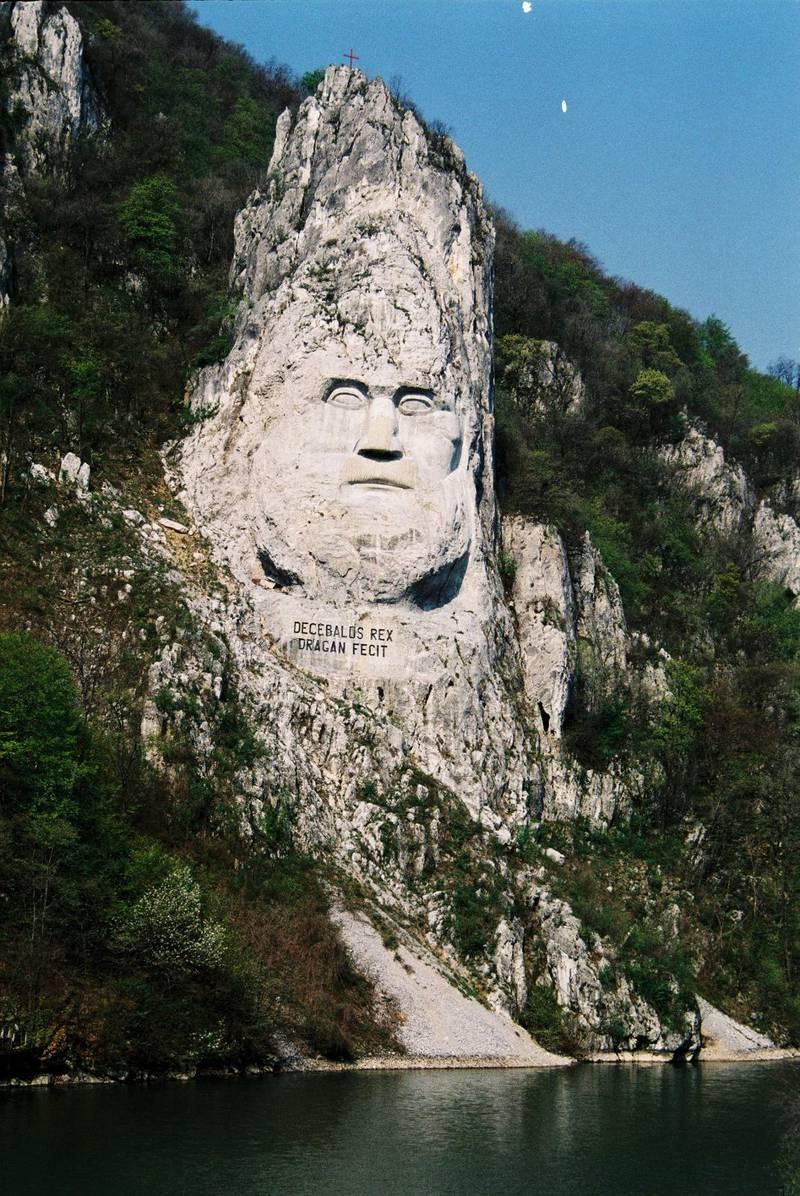 Forntida kungen Decebals ansikte är uthuggen ur en klippa vid Cazanele Mici.