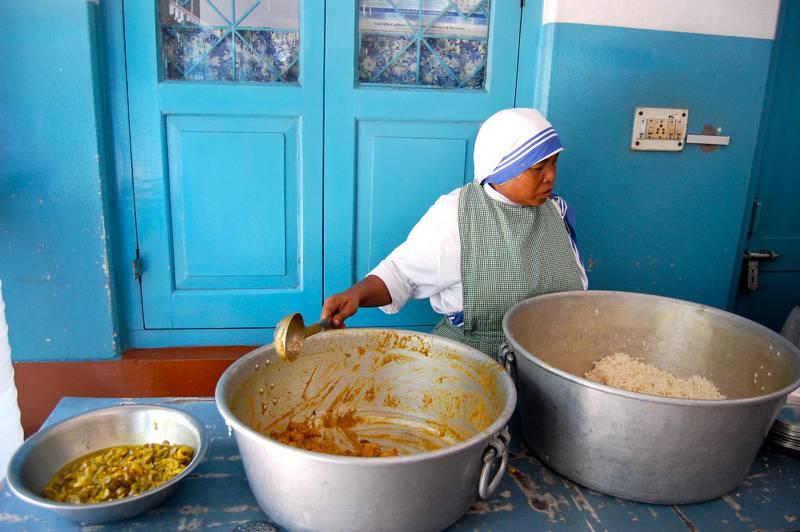 Serveringen på äldreboendet Premdan där cirka 350 patienter får gratis mediciner, mat, omvårdnad och en sovplats.