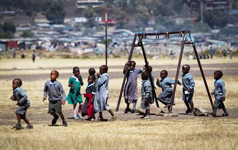 Föräldralösa barn från Faraja Children's Home leker vid den skola i Kenya som de går på.