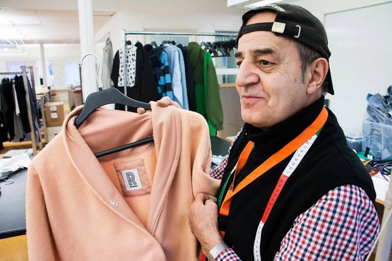 """Majid har många olika uppgifter i klädfabriken som drivs av Stockholms stadmissions sociala företag Remake. """"Jag syr allt. Kläder, och necessärer"""", säger han."""