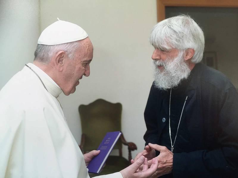 Möte. Samtal mellan Påve Franciskus och Peter Halldorf i samband med att den senare var inbjudenatt fira morgonmässa i påvens huskapell i Sankta Marta i Vatikanen i april 2016.