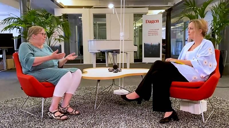Elisabeth Sandlund intervjuas av Felicia Ferreira inför sjuttioårsfirande.