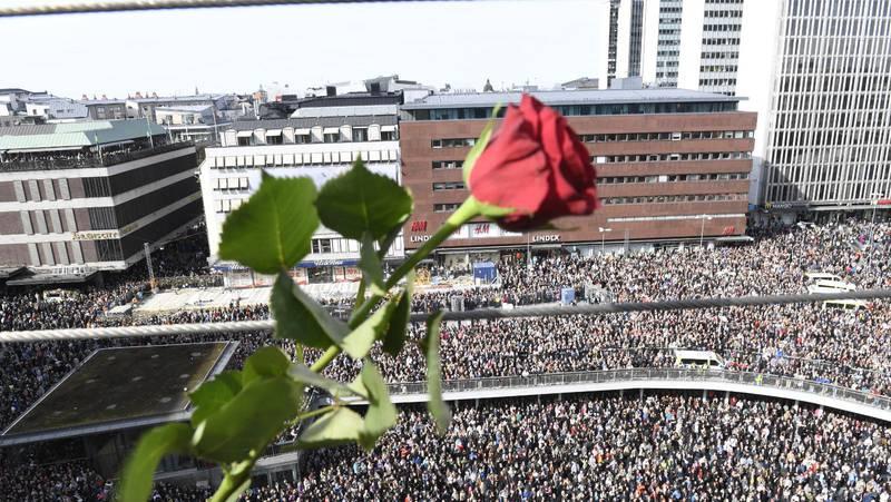 På lördag den 7 april är det ett år sedan Rakhmat Akilov kapade en lastbil och under en 44 sekunder lång vansinnesfärd rammade fredagsflanörerna på Stockholms mest centrala shopping- och gågata. Bilden är från förra årets manifestation på Sergels torg.
