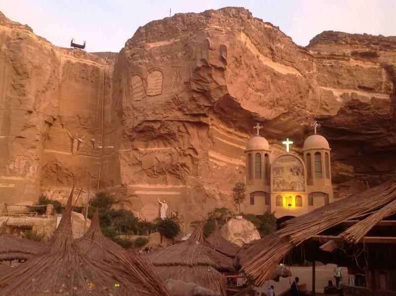 I de här bergen i utkanten av Kairo ligger den största kyrkan i Mellanöstern med plats för 20000 besökare. I årtionden har Kairos kristna sophämtare bott vid den kyrkan, men 2003 bestämde sig stadsledningen för att ge multinationella företag i uppdrag att hämta soporna.