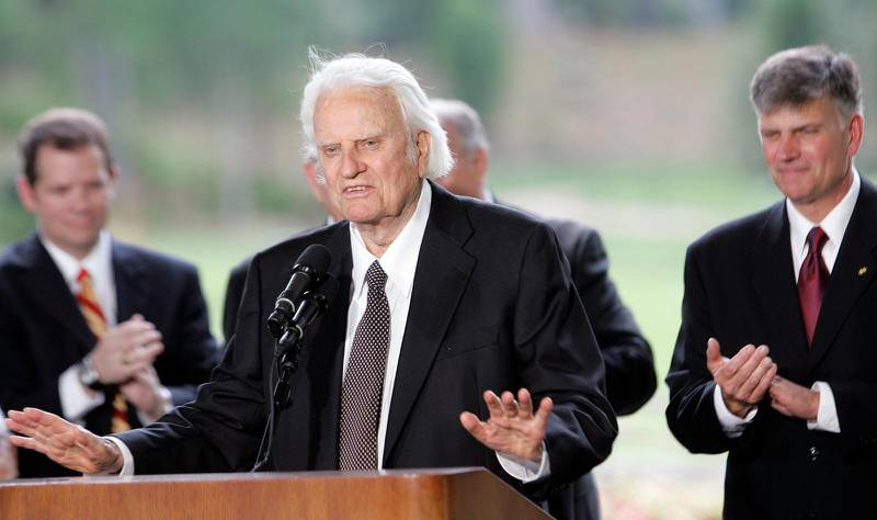 Billy Graham talar vid invigningen av Billy Graham-biblioteket i Charlotte. Till höger, Franklin Graham.