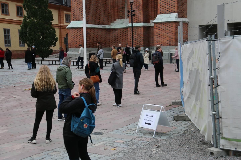 Ungefär en halvtimmes kö fick röstare räkna med utanför Uppsala domkyrka på söndagseftermiddagen.