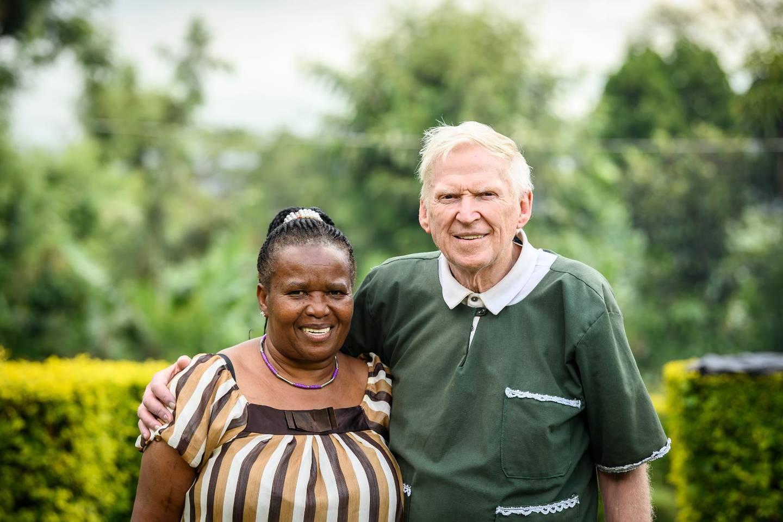 Overa och Carl-Erik Sahlberg i Marangu, Tanzania. Mokicco är det arbete de driver för föräldralösa barn.
