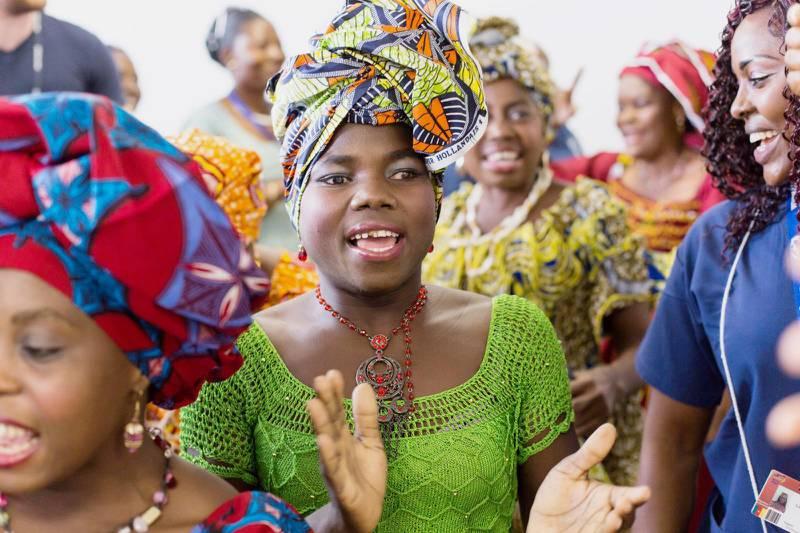 Mairamou deltar i glädjefylld ceremoni efter avslutad behandling.
