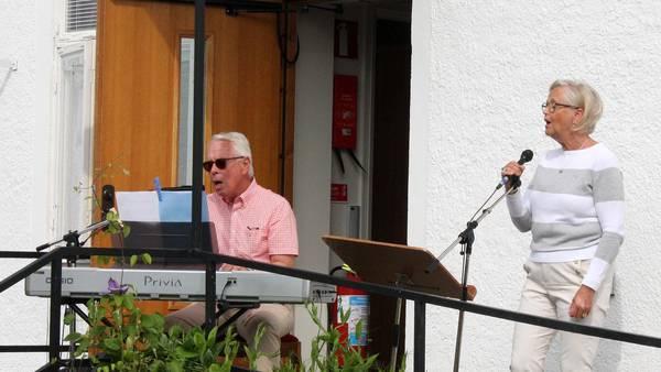 Sång och musik utanför kyrkan i Borgholm