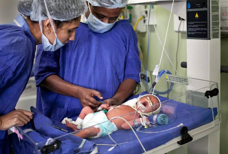 Ett barn fött av en surrogatmamma tas om hand på intensivvårdavdelningen på en fertilitesklinik i Indien. Indien har numera förbjudit kommersiell surrogatförmedling till utlänningar.