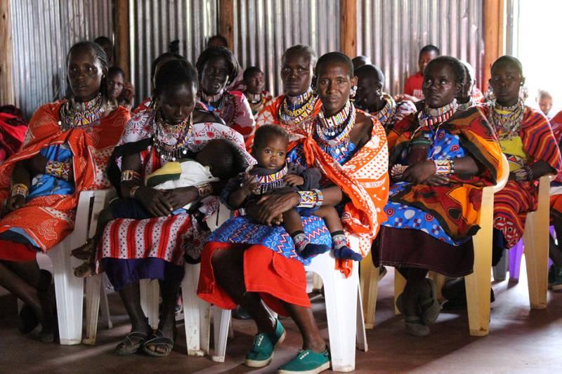 Möts i kyrkan. En kvinnogrupp möts i kyrkan, som är en viktig faktor i arbetet mot kvinnlig könsstympning.