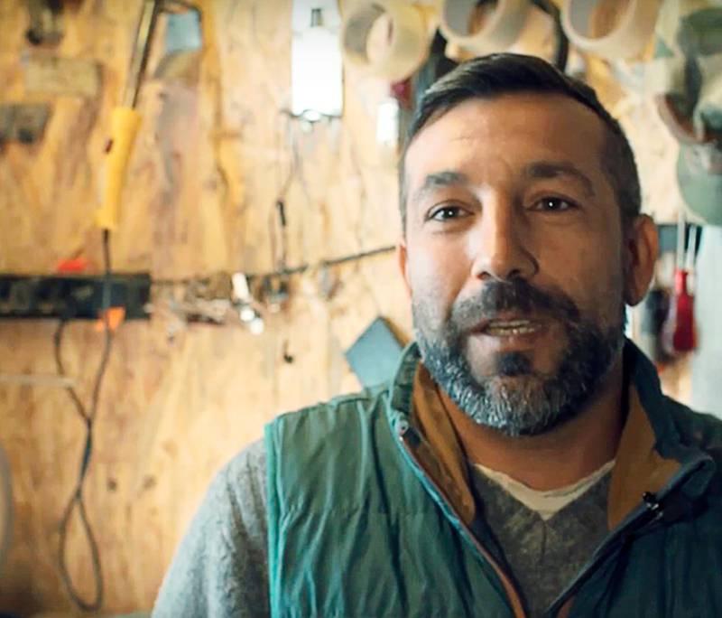 Genom Andreas Samuelssons arbete med Kenoses Design kan Virgil Boca slippa resa långt bort för att försörja sina familjer.