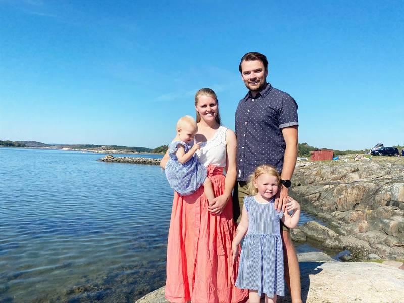 Malin Zimmergren och Andreas Zimmergren med sina två döttrar, Ella 3 år och Lo 1 år.