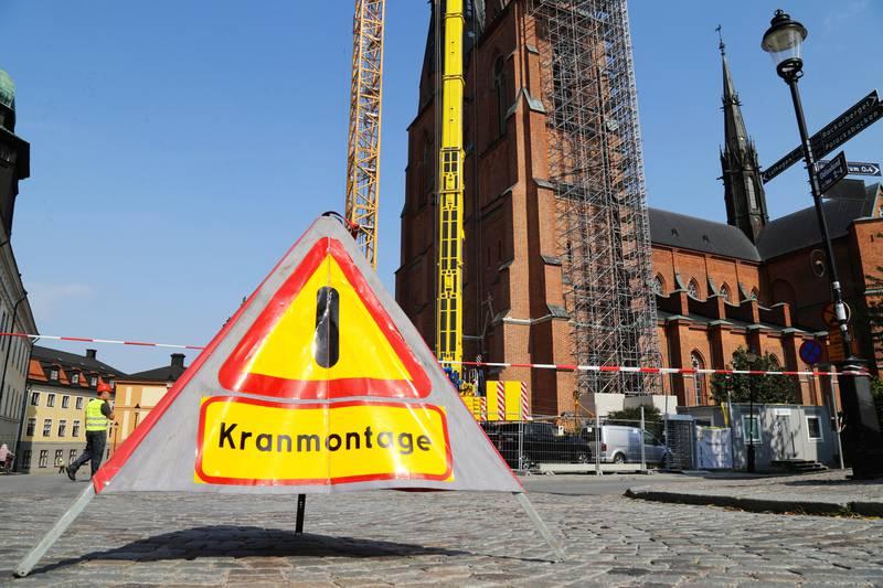 Avspärrningar utanför Uppsala domkyrka inför det stora kranlyftet.