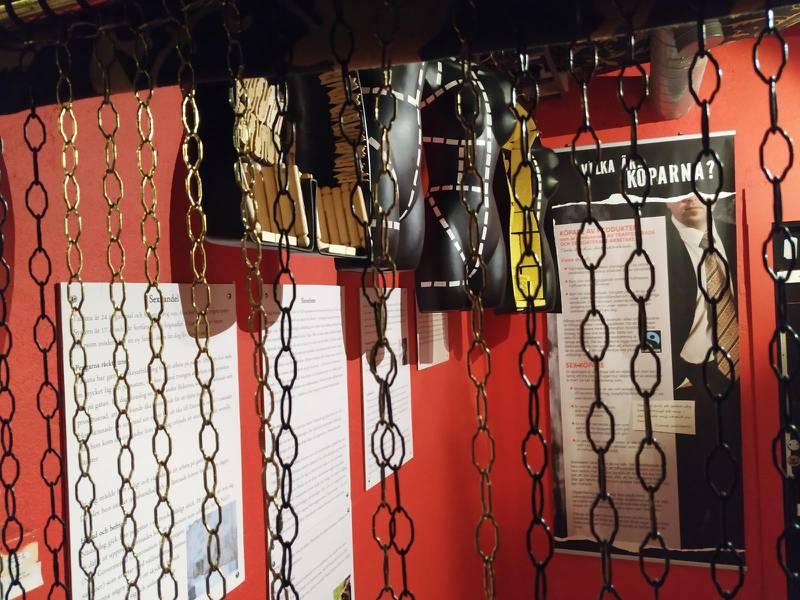 Rum två i utställningen skildrar fängelset sexoffer ofta befinner sig i.