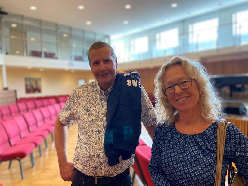 """""""Det här känns hemma"""". Tomas och Madeleine Hansson som äntligen får fira gudstjänst i kyrkan igen."""