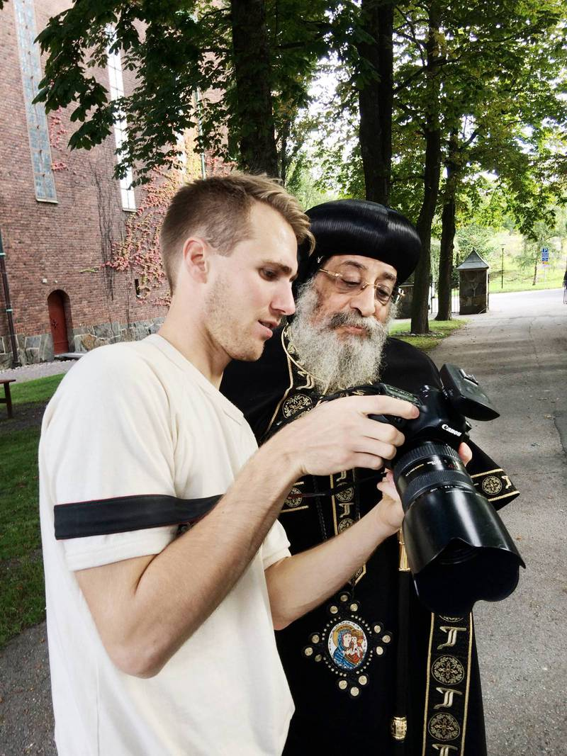 """""""Den är okej.""""Efter fotografering ville påven titta på bilderna, och nickade gillande."""